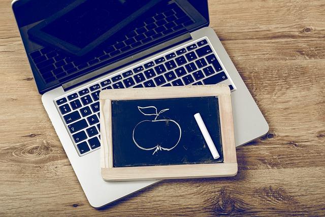 MacBook Air/Pro・持ち運びと収納ができるスタンド【紹介します!】