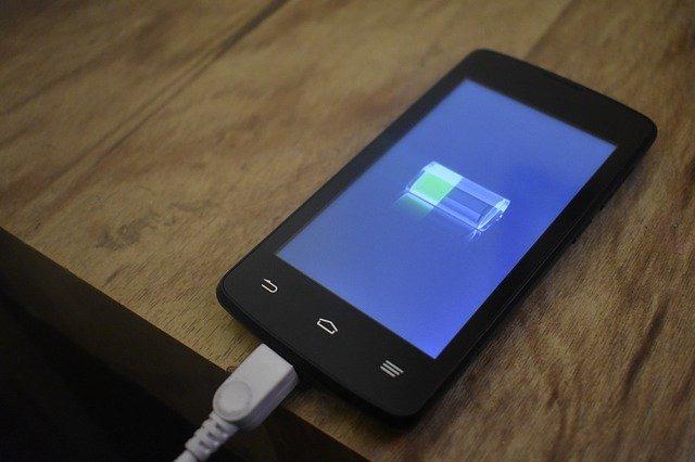 モバイルバッテリーを充電しながら、給電できるメリット・デメリット